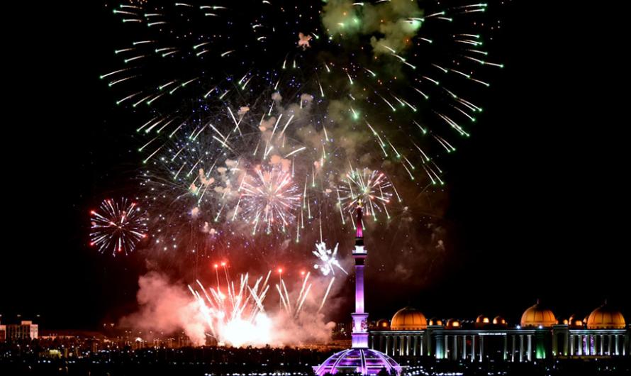 В Туркменистане прошел праздничный концерт и дан фейерверк по случаю Дня независимости