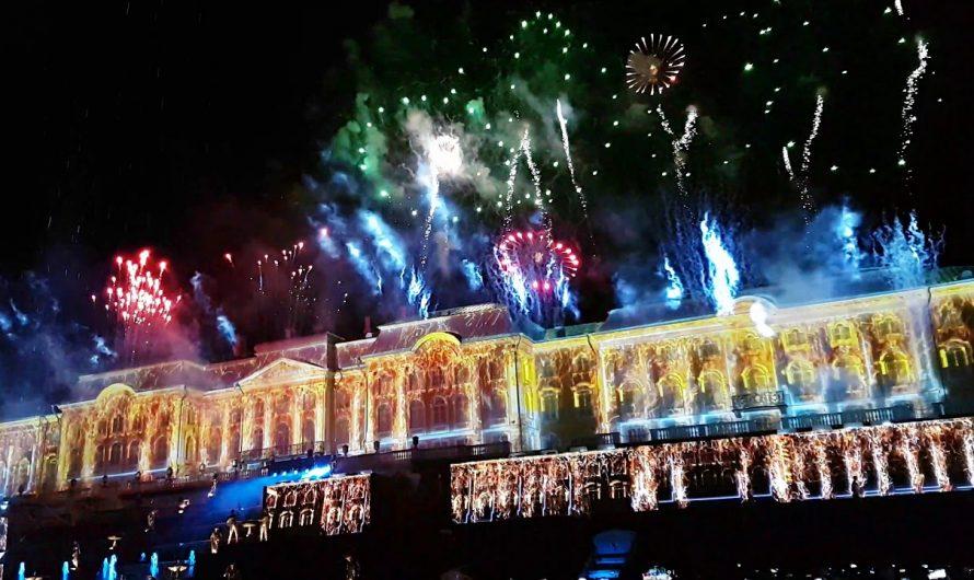 Фейерверк в честь начала летнего сезона в «Петергофе»